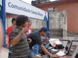 Fiell tocando o programa Conexão Periferia, da Rádio Santa Marta, com o melhor do rap nacional. Foto: Dorlene Meireles/Grupo ECO.