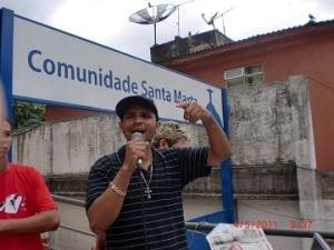 Rapper Fiell, da Rádio Santa Marta, falando à comunidade no meio da rua. Foto: Dorlene Meireles/Grupo ECO.